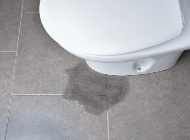 トイレの床からの水が漏れてる!原因と対処方法は?